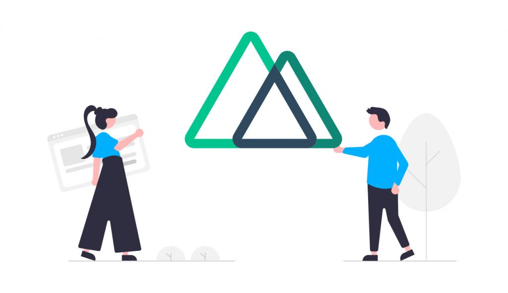三角形のオブジェを持つ男性
